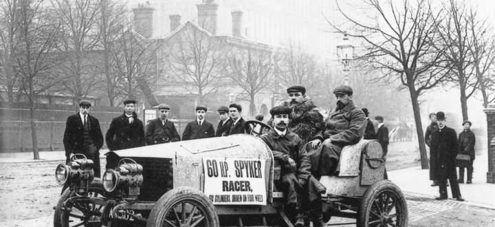 Die Vorzüge des Spyker- Rennwagens von 1903 angepriesen: sechs Zylinder, 60 PS, Allradantrieb!