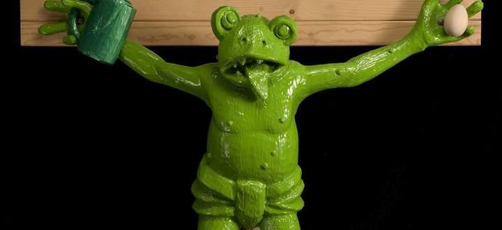 """Nur der christliche Blasphemiestreit ist heute zahnlos: Der gekreuzigte Frosch (""""Zuerst die Füße"""", 1990) des deutschen Künstlers Martin Kippenberger."""
