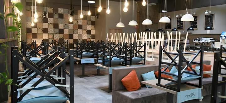 Hochgestellte Sessel in einem Wiener Einkaufszentrum. Andere Immobiliensegmente hatten es 2020 leichter.