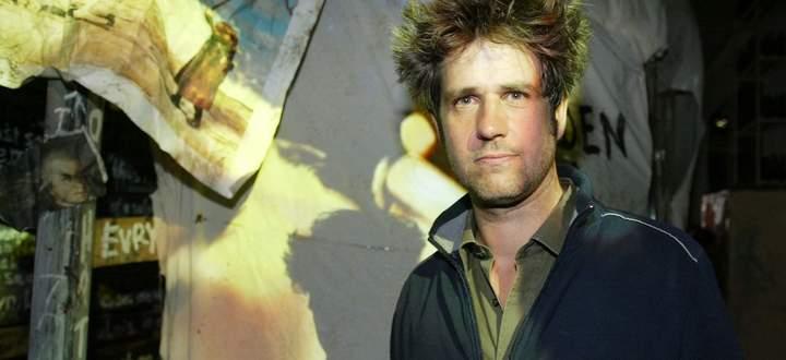 """Der 2010 verstorbene Christoph Schlingensief in seiner Ausstellung in Salzburg 2006. Titel: """"Chickenballs. Der Hodenpark""""."""