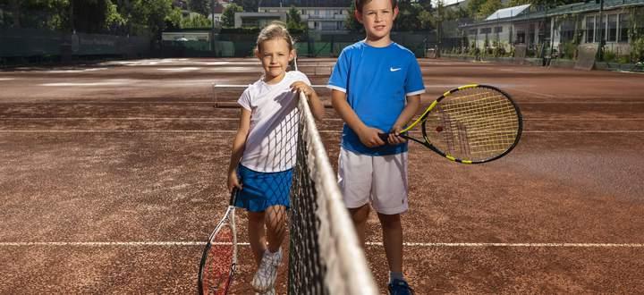 Nikolaus und Sophia besuchen im Coronasommer ein Tenniscamp in Wien.