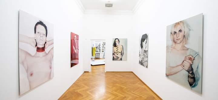 """Der Raum mit Fotos von Ugo Rondinone in der """"Vogue""""-Geburtstagsausstellung in der Villa Stuck."""