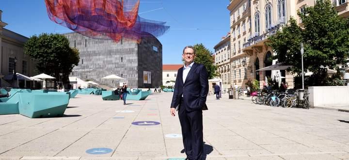 MQ-Direktor Christian Strasser. Die Netzskulptur über dem Haupthof ist anlässlich des 20-Jahr-Jubiläums des Museumsareals zu sehen.