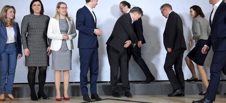 Bei der ersten Regierungsklausur in Krems: Das Team rund um Sebastian Kurz und Werner Kogler nimmt Aufstellung für das Gruppenfoto.