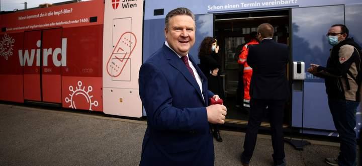 Wiens Bürgermeister, Michael Ludwig, bei der Präsentation der Impf-Bim, in der während der kommenden Wochen kostenlose Grippeimpfungen durchgeführt werden.