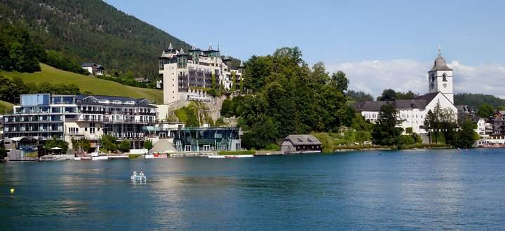 Viele Österreicher urlauben heuer daheim (im Bild das Weiße Rössl am Wolfgangsee). Das Fehlen der ausländischen Gäste kompensiert das nicht.