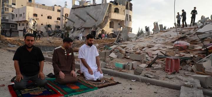 Im Gaza-Streifen begehen gläubige Muslime das Ende des Fastenmonats Ramadan in einem Trümmerhaufen.