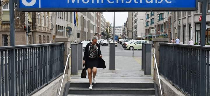 In Berlin wird eine U-Bahn-Station umbenannt. Allerdings ist unsicher, woher der Straßenname kommt: von einem Schwarzen im Dienst eines Grafen? Oder von zur Arbeit hergebrachten Männern aus dem kolonialisierten Westafrika?
