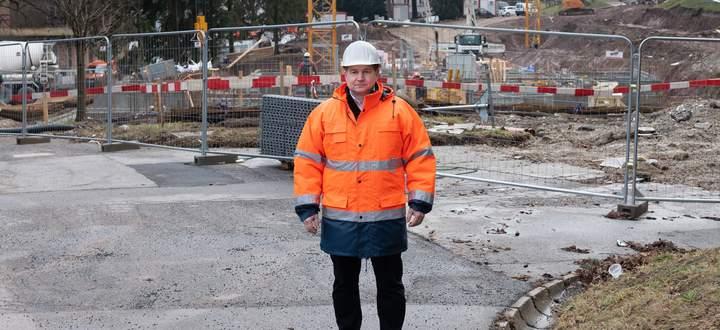 Bauleiter Alfred Putz vor dem zweiten Bauabschnitt, auf dem derzeit sechs Wohnhäuser mit insgesamt 112 Wohnungen entstehen.