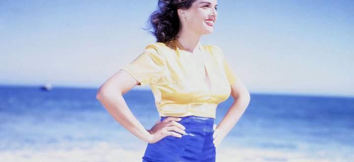 Die Filmstars der 1950er-Jahre (hier Jane Russell) machten Posing-Shorts als Freizeitlook für den Strand populär.