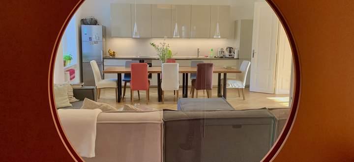 Blick vom Vorraum in Küche und Wohnraum.