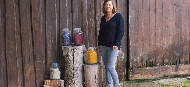Bianca Mayringer sammelt alle ihre Kräuter selbst. Ihr Mann Georg hat ihr dafür neben dem Bauernhof eine große Kräuter- und Blumenwiese angelegt.