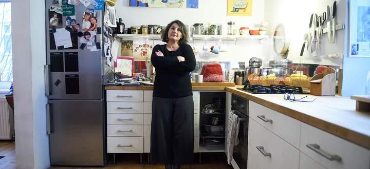 Katja Jungwirth in ihrer Küche, wo sie fast täglich für die Mutter mitkocht.