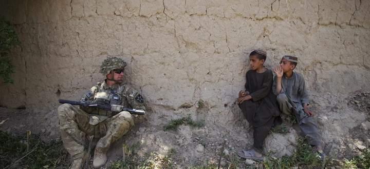 Vorsichtiges Beäugen. Ein US-Soldat und afghanische Kinder in Kandahar 2012.