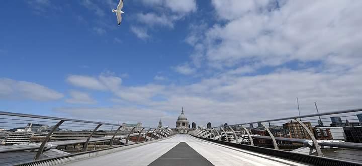 """Für Defoe """"die schönste aller Kirchen"""" Londons: St. Paul's. Davor die Millennium Bridge im Lockdown."""