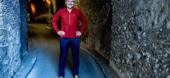 Landesgeologe Gerald Valentin vor dem Mönchsberg, wo es trotz aller Vorsichtsmaßnahmen immer wieder zu Steinschlag kommt.