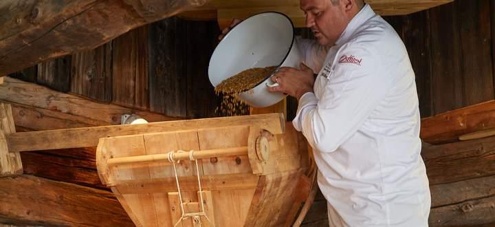 Josef Mühlmann mit seiner renovierten historischen Getreidemühle, die besonders feines Mehl (Typ 400) mahlen kann.
