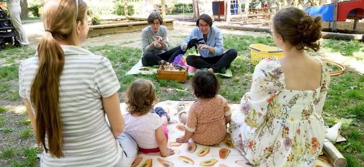 Ein bilingualer Gebärdensprachkurs für Kleinkinder mit Barbara Schuster (r.) und Angelika Bolnberger aus dem Verein Kinderhände.