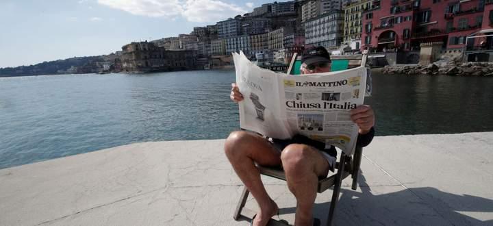 """Nur eine scheinbar entspannte Lektüre. Worüber sich der Italiener informiert? Über das """"Coronavirus"""" – das auch in seiner Sprache genau so heißt."""