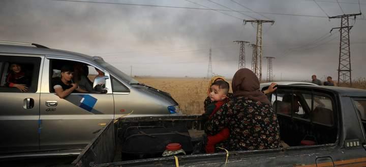 Auf der Flucht: Wer kann, verlässt die Stadt Ras al-Ain an der türkischen Grenze. Mehr als hunderttausend Menschen sind in den Grenzgebieten vor den Kämpfen geflohen.