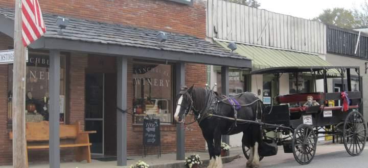"""Die """"Lynchburg Winery"""" (oben l.) umgeht das Alkoholverbot, der """"Barrel Shop"""" hält sich noch brav daran."""