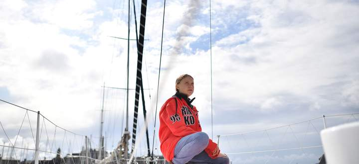 """Greta Thunberg im Hafen von Plymouth (England) kurz vor dem Aufbruch mit der Segeljacht """"Malizia II"""", auf der sie aktuell publikumswirksam nach New York schippert."""