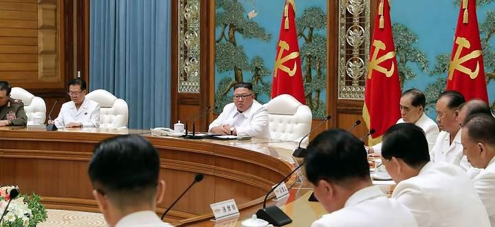 Machthaber Kim Jong-un berief in Pjöngjang eine Dringlichkeitssitzung wegen des vermeintlich ersten Coronafalls ein.