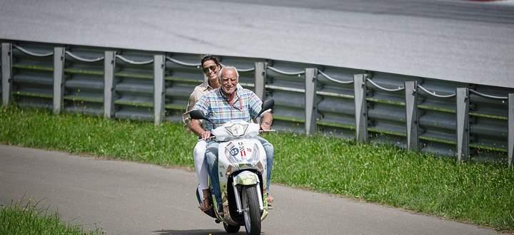 Dietrich Mateschitz (im Bild mit seiner Freundin in Spielberg) besitzt als zweitreichster Österreicher (nach den Familien Porsche und Piëch) laut Wirtschaftsmagazin Trend etwa 15,6 Milliarden Euro.