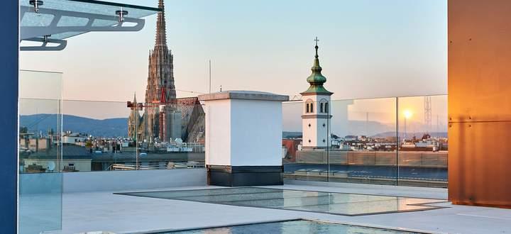 Rooftop-Pool mit Blick auf den Stephansdom in der Schellinggasse.