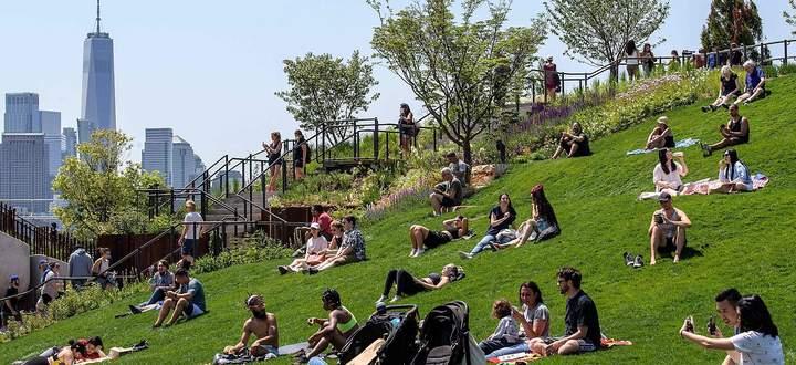 Little Island, der aufgeschüttete, auf Betonstelzen ruhende Park im Hudson River, ist die neueste Attraktion New Yorks.