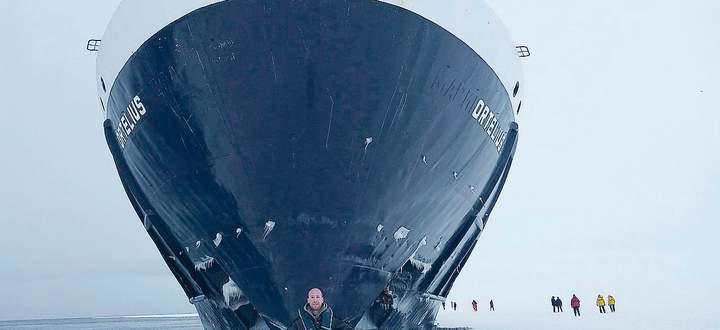 Der Wiener Michael Frauendorfer vor dem zum Kreuzfahrtschiff umgebauten russischen Forschungsschiff Ortelius.