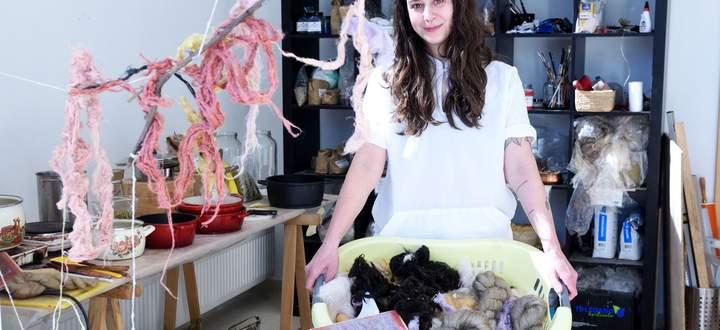 Nora Severios arbeitet gern mit Pflanzen, den Brennnesseln widmet sie sich schon seit zwei Jahren.
