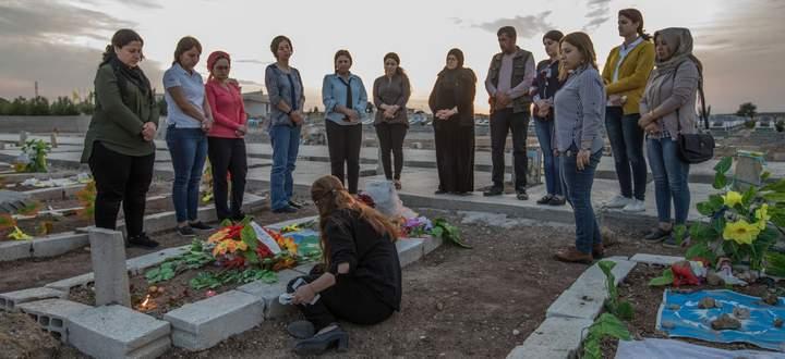 Trauer am Grab von Havrin Khalaf. Ihre Mutter und Freundinnen gedenken der ermordeten nordsyrischen Aktivistin.