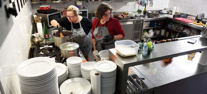 """Stefanie und Sarika Herkner bereiten in einer """"normalen"""" Gansl-Saison täglich bis zu zwölf Gänse zu. Weil auch Die Herknerin derzeit geschlossen hat, geben die beiden Tipps, wie man das zu Hause nachmachen kann."""