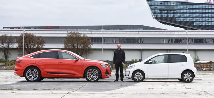 Links oder rechts? Der VW e-Up und der Audi e-tron Sportback. Der eine kostet ab 22.590 Euro, der andere ab 72.990 Euro (bzw. ab 59.990 als normaler e-tron mit 71 kWh-Batterie).
