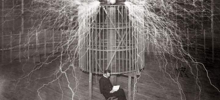 Der elektrische Strom war sein Lebensthema: NikolaTesla. Hier 1899 in seinem Labor in Colorado Springs.