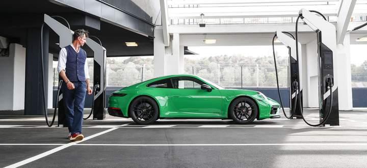 Umringt von Ladesäulen, die er nicht gebrauchen kann: Porsche 911 GTS.