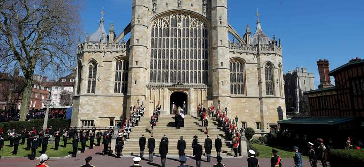 Trauerfeier bei kühlen 13 Grad und Sonnenschein: Der Abschied von Prinz Philip fand in der St George's Chapel in Windsor statt.