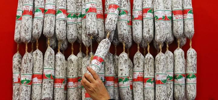 Es geht um die Wurst: Eine italienische Händlerin präsentiert Salami auf einer Lebensmittelmesse in Berlin. Die Nachfrage nach Fleisch und Fleischprodukten wird weltweit weiter steigen.