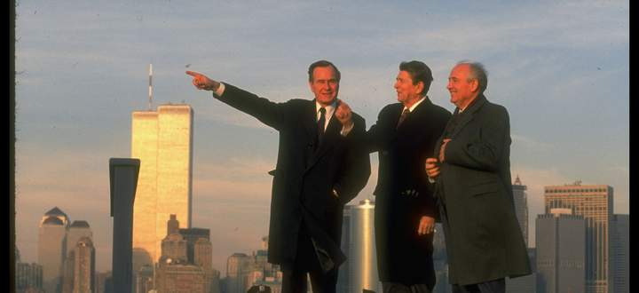 Ade, Kalter Krieg! George Bush, Ronald Reagan und Michail Gorbatschow vor der inzwischen historischen Kulisse von New York.