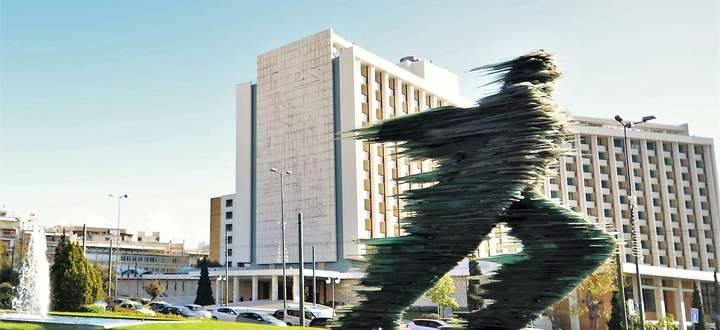 """Eine gewisse Dynamik erfasst die Stadt - verkörpert im """"Läufer"""" von Costas Varotsos vor dem Hotel Hilton."""