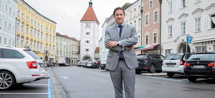 Andreas Rabl (FPÖ) hat die einst rote Hochburg Wels blau eingefärbt. Er ist in der Stadt seit 2015 Bürgermeister.