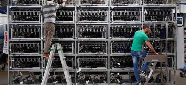 Der Hype um die Kryptowährung Bitcoin findet kein Ende. Seit Tesla-Chef Elon Musk seine Liebe zur Kryptowährung offenbart hat, steigt der Preis durch die Decke. Am Bild: Bitcoin-Mining in Florenz.