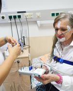 Im Schlaflabor des Wiener Herz-Jesu-Krankenhauses werden per Elektroden Atmung, Sauerstoffgehalt im Blut, Hirnströme und Puls gemessen.
