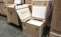 Spezielle Transportboxen stellen sicher, dass die Kunstwerke nicht beschädigt werden.
