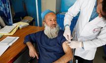 Auch im Krankenhaus von Kabul wird der AstraZeneca-Impfstoff an Personal verabreicht.