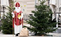 Johannes Mayer hat sein Nikolaus-Kostüm nur für den Fototermin angezogen. Besuche macht er heuer nur online. Alles andere fände er unverantwortlich.