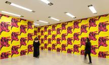 Dieser Raum war einer von zweien in Warhols Ausstellung bei Leo Castelli 1966. Im zweiten Raum darf man, auch im Mumok, mit Silberballons spielen.