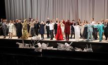 Das Enseble beim Schlussapplaus zur Jubiläumsvorstellung des Jedermann im Großen Festspielhaus.