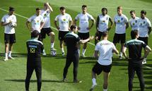 Franco Foda vermittelt der Mannschaft seine Idee von Fußball. Sie ist nicht unumstritten.